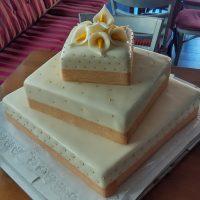 Čtvercový svatební dort s kaly