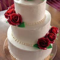 Hladký svatební dort s růžemi