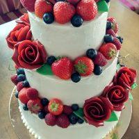 Hladký svatební dort s růžemi a ovocem