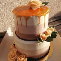 Svatební karamelový dort s růžemi