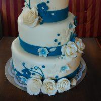 Modrý svatební dort s růžemi