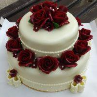 Svatební dort s mašlemi a růžemi