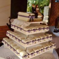 Svatební dort z kostiček, fialová mašle a novomanželé