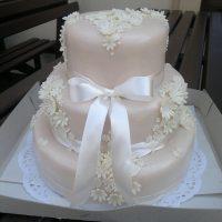 Decentní svatební dort s květy a mašlí
